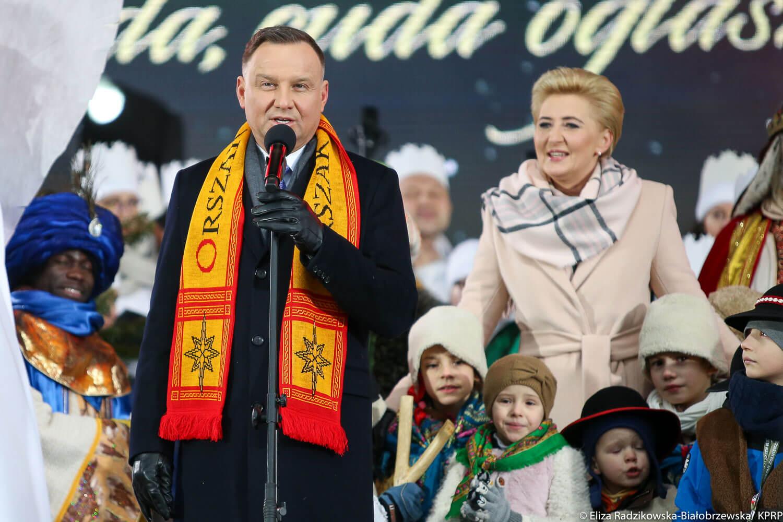 Panie Andrzeju Dudo, Pan jest prezydentem, czy kościelnym klęczącym dewotem?